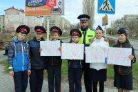 Полицейские и школьники еще раз напомнили пешеходам о необходимости использования светоотражающих устройств